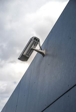Guide to the key features to spot in a CCTV camera system. Includes HD surveillance, real time video, true day & night footage, weatherproof cameras & flexible packages. Get free advice from a security professional now.